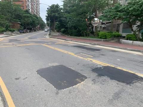 永福路自立平交道到榮安一街口柏油破損